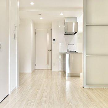 【洋室】全体的に白色を基調として、清潔感を感じますね。