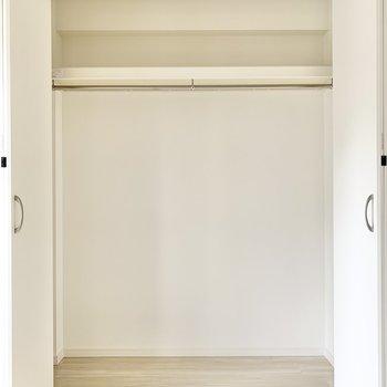 【洋室】中は大容量。掃除機等をしまえるのも利点。