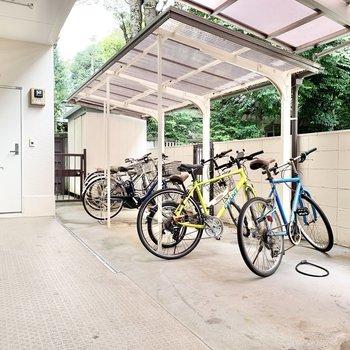 自転車置き場は1階に。お出かけの際はご利用ください。