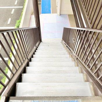 階段の幅はやや広め。荷物を運ぶ際はご注意を。