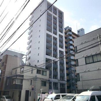 しゅっとした外観の2019年築のマンション