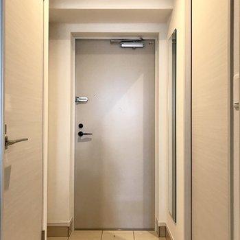 シンプルで綺麗な玄関。全身鏡も嬉しいですね(※写真は2階の同間取り別部屋のものです)