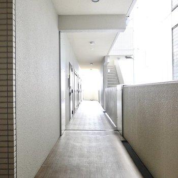 【共用部】玄関前も室内のような床で心地良い。