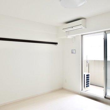 【洋7.8】小型テレビとローテーブル、ベッドがちょうど収まる広さ。壁には長押付き。 ※写真は6階の似た間取り別部屋のもの