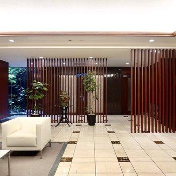 【共用部】1階のエントランス内は、ホテルのようなロビーに!