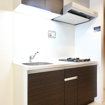 【キッチン】焦げ茶の扉がシックでカッコいいんです。 ※写真は6階の似た間取り別部屋のもの