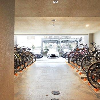 【共用部】その奥のドアの先は、屋根付き駐輪場と駐車場です。