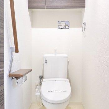 【トイレ】洗濯機置き場の反対側に。ウォシュレット付きで、棚もあります。 ※写真は6階の似た間取り別部屋のもの