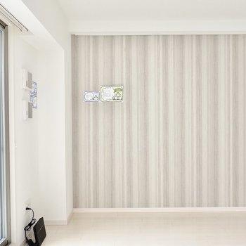 【洋7.8】縦縞模様のクロスの壁際にテレビを置いて、ソファベッドから眺めたらこんな景色。 ※写真は6階の似た間取り別部屋のもの