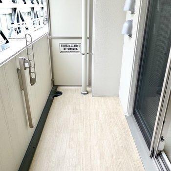 【ベランダ】フローリングのような床が清潔感たっぷり。竿受けも目立たない位置に。