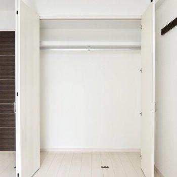 【洋7.8】横幅2mほどのクローゼット。普段着収納に重宝しますね。 ※写真は6階の似た間取り別部屋のもの