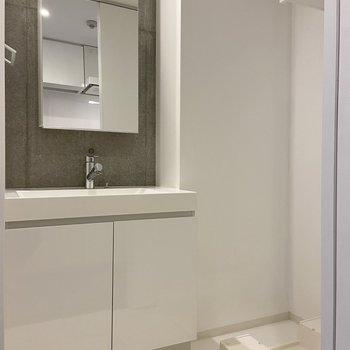 脱衣場はこんな感じ。独立洗面台の鏡の裏は収納になっています。