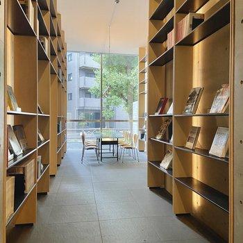 【エントランス ライブラリー】様々な分野の書籍や雑誌などが置かれていました。