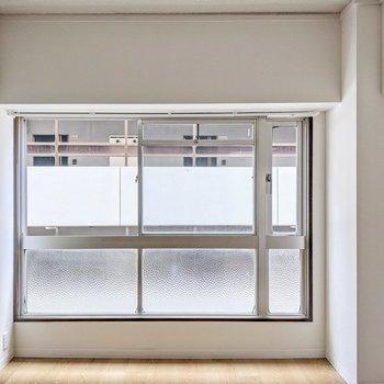 掃き出し窓ではありませんが窓が大きくて開放感があります。