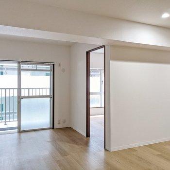 掃き出し窓側に6帖の洋室があります。