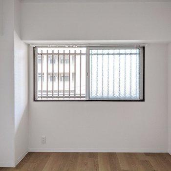 小窓は共用廊下に面しています。