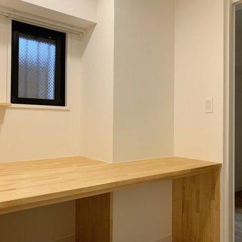 洋室と玄関の横には趣味や作業が捗る書斎をご用意。机の上には小棚とコンセントも ※写真は反転間取り別部屋のもの