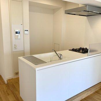 お待ちかねのキッチンは大きい冷蔵庫や調理家電、食器棚を置くスペースも ※写真は反転間取り別部屋のもの
