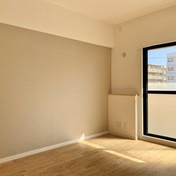 リビング隣の6.3帖の洋室はアクセントクロスで自然と落ち着く雰囲気に。