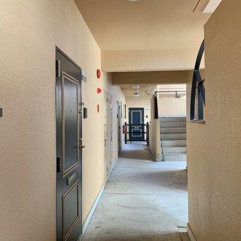 玄関前の共用部。ドアの縁取りが可愛らしい。※写真は別の階のもの