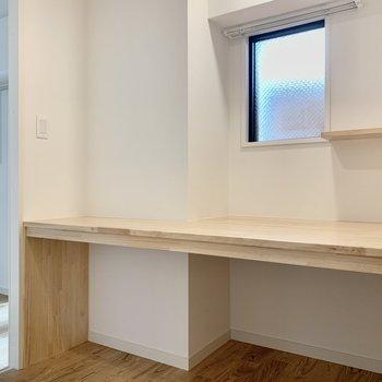 洋室と玄関の横には趣味や作業が捗る書斎をご用意。机の上には小棚とコンセントも