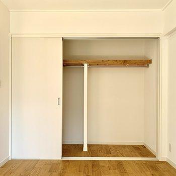 6帖の洋室は引き戸タイプの収納!扉が邪魔にならないのでスペースを有効活用できます。※写真は反転間取り別部屋のもの