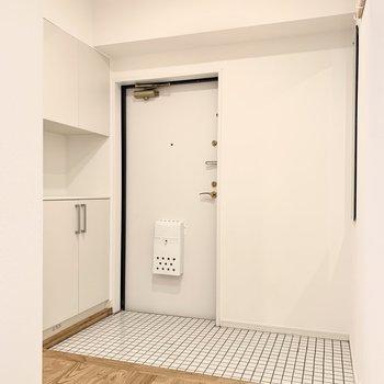玄関は白いタイルで明るくお出迎え。広いのでベビーカー等も置けそうです