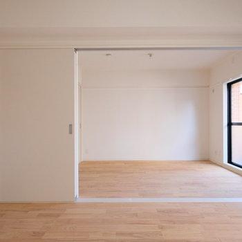 窓から光がふわっと広がります。※写真は反転間取り別部屋のもの