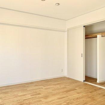 6帖の洋室には収納も。扉が邪魔にならないのでスペースを有効活用できます