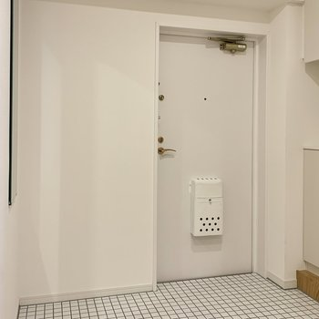 玄関は白いタイルで明るくお出迎え! ※写真は反転間取り別部屋のもの