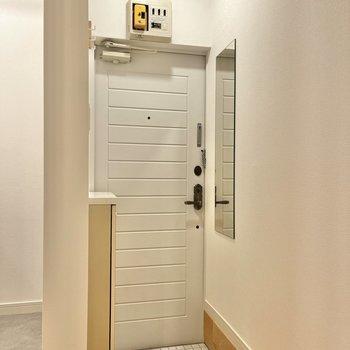 白いタイルが使われている玄関。