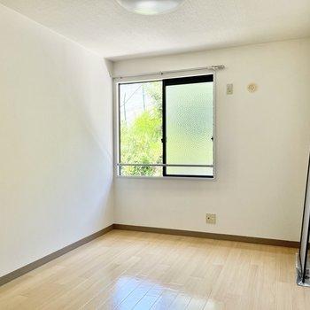 では廊下側の洋室へ。ここにも窓とテレビ端子がありました!