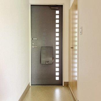 玄関はゆったりめ。光が入る扉が素敵ですね。