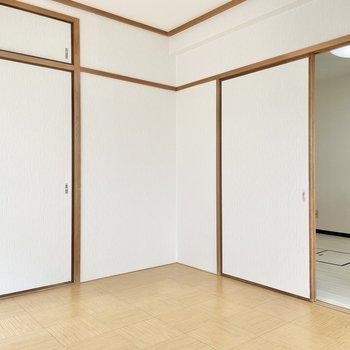 【洋室6帖】和室の名残でちょっと和風。長押にフックをひっかけてインテリアを楽しみましょう。