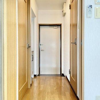 では廊下へ。左奥のドアは、