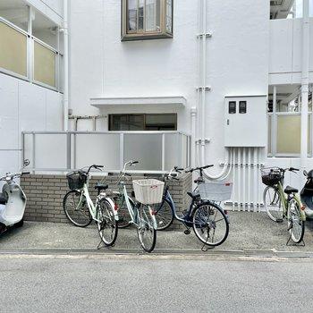 【共用部】自転車は入り口のとなりに。右の角を曲がって、