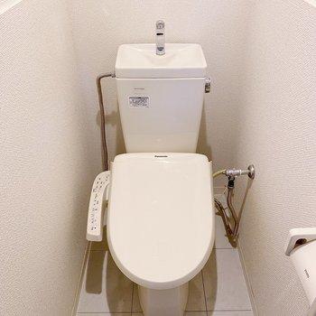 トイレの中までタイル張り。加えて温水洗浄付き◯