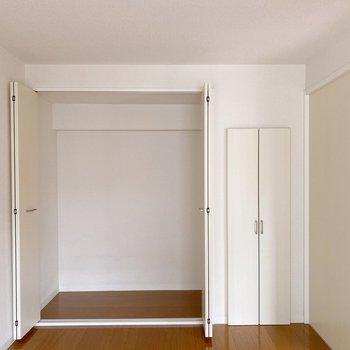 〈洋室6帖〉こちらには大きめの収納付き。ポールを取り付ければハンガーラックにも。