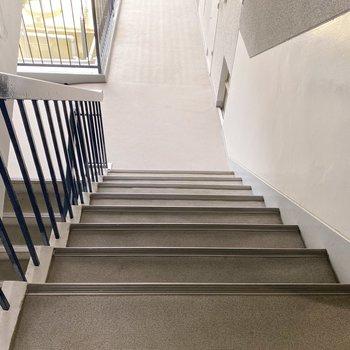 階段はゆったりめ。引っ越しも心配ないですね。