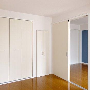 〈洋室6帖〉この扉、なんだか貝のような柔らかさを感じます。