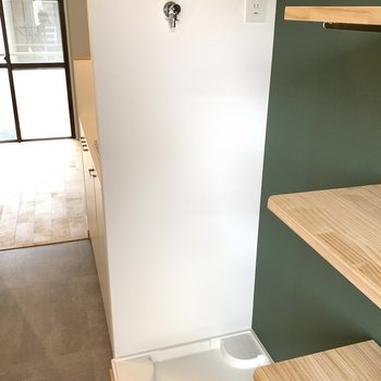 洗濯機置場の上の棚もあります