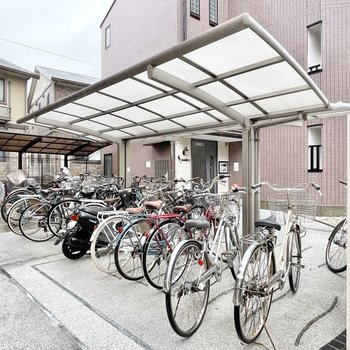 【共用部】駐輪場は屋根付きです。