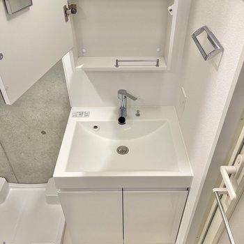 洗面台には、タオルかけや収納付きの鏡も。