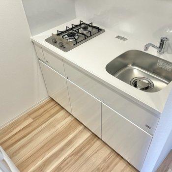 冷蔵庫はコンロの反対側のスペースに置けます。