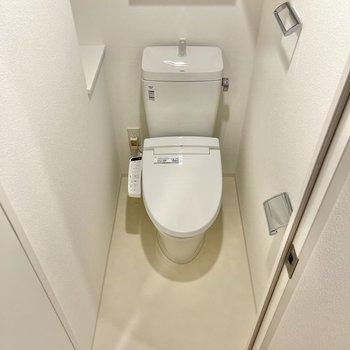 洗面所のお隣にはトイレがあります。