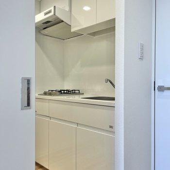 扉を開けてキッチンを見ていきましょう。