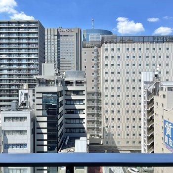 窓からの眺望です。背の高い建物が並んでいます。