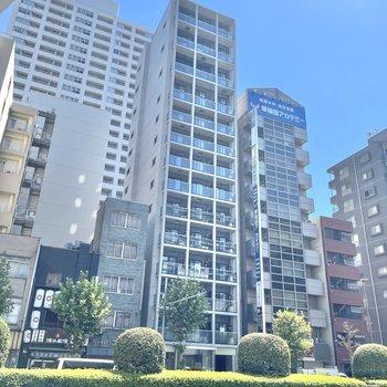 写真中央、コンクリート打ちっぱなしの外装が特徴的な鉄筋コンクリート造の建物です。