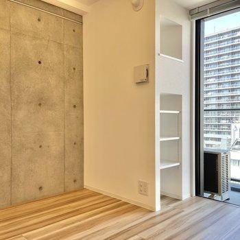 西側の壁はコンクリート打ちっぱなしに。クールな雰囲気をプラスしてくれています。