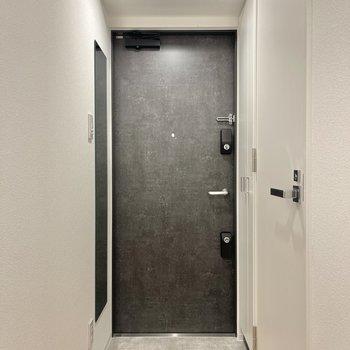 黒い扉が印象的な玄関。